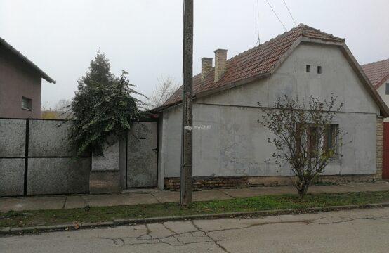 Bajnat, prizemna samostalna kuća za adaptaciju ili rušenje!!!